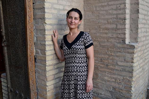 Plano americano de Nargiza. Conversación en Jiva, Uzbekistán. Fuente: www.ritapouso.com