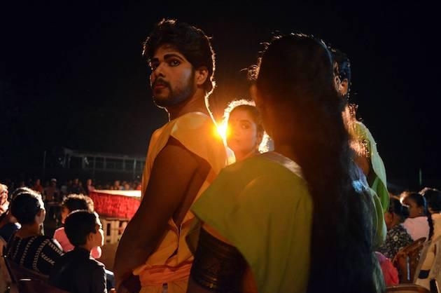 Actores de la compañía, antes de salir al escenario. Fuente: www.ritapouso.com